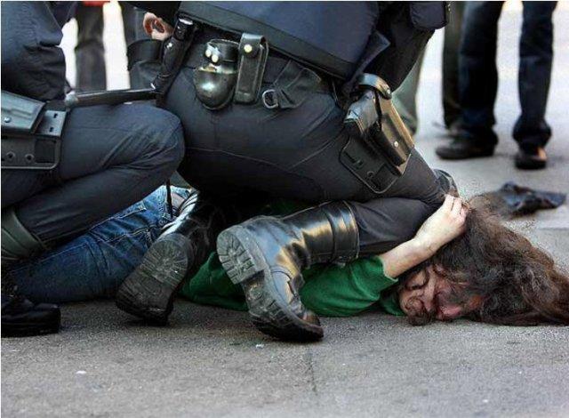 Policia antidisturbios creando disturbios