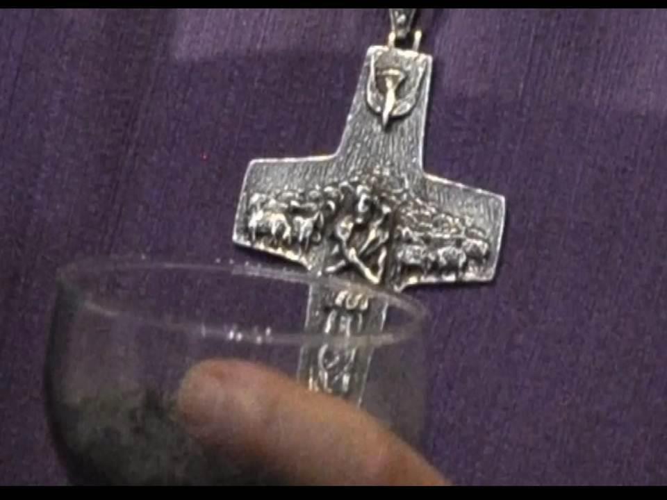 La cruz que lleva el nuevo Papa ¡NO ES UN CRUCIFIJO DE CRISTO!, es un