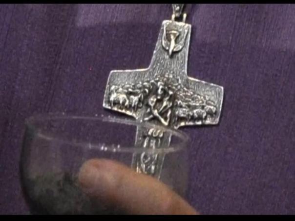 La cruz de Osiris del nuevo papa Cruz3