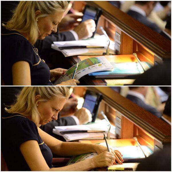 Diputada Nuria Herrera (CC) hace la tarea de inglés de su hijo en el Parlamento